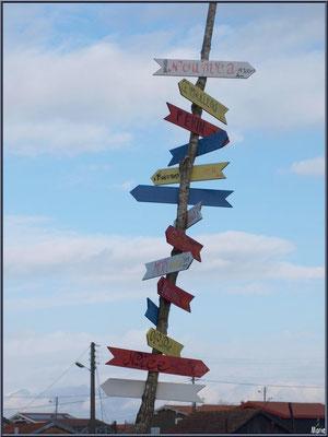 Panneau décoratif indicateur direction de villes au port ostréicole de La Teste de Buch (Bassin d'Arcachon)