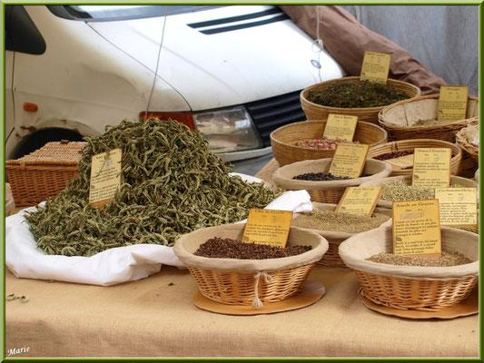 Marché de Provence, mardi matin à Gordes, Lubéron (84), étal épices