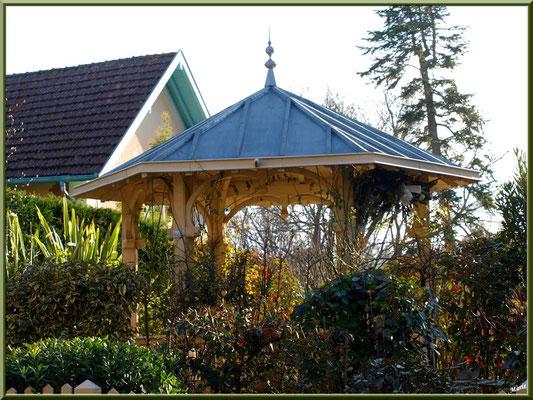 """Villa """"La Walkyrie"""" en """"Ville d'Hiver"""" à Arcachon, le kiosque dans le jardin"""