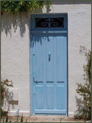 Porte bleue dans une ruelle à Talmont-sur-Gironde (Charente-Maritime)