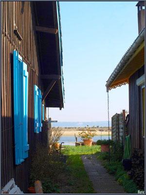 """Ruelle vers le port et """"Le Mimbeau"""" en toile de fond (Cap Ferret)"""