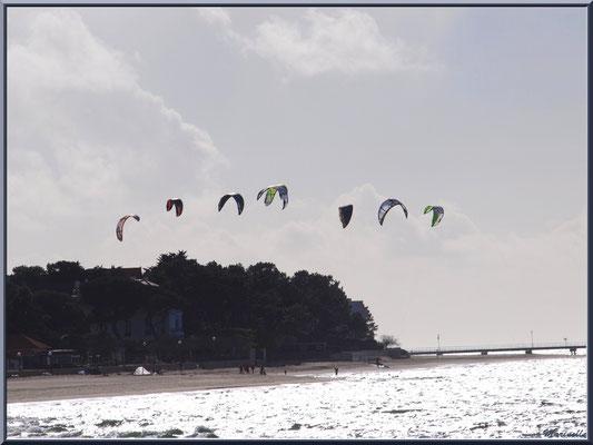 Les joies du kitesurf sur le Bassin au large de la plage Péreire à Arcachon (la jetée du Moulleau en fond), Bassin d'Arcachon (33)
