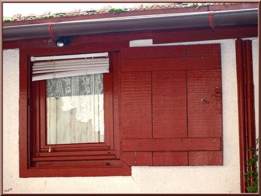 Petite fenêtre au volet rouge, village de L'Herbe, Bassin d'Arcachon (33)