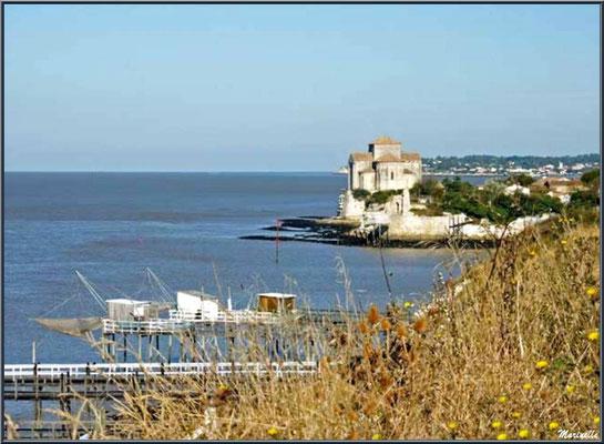 L'église Sainte Radegonde à Talmont-sur-Gironde et carrelets sur ponton vus depuis les falaises du Caillaud  (Charente-Maritime)