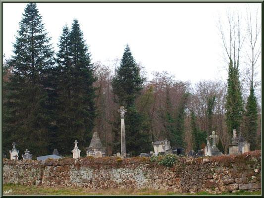 Le cimetière entourant l'église Saint Pierre de Mons à Belin-Belietet la Croix du Cimetière qui domine (Gironde)