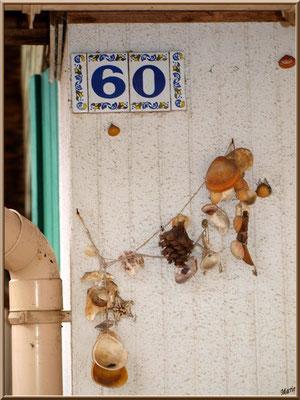 Guirlande déco coquillages et pigne sur une maison, village de L'Herbe, Bassin d'Arcachon (33)