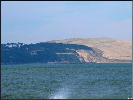 """""""La Pointe"""" au Cap Ferret : éclats de vague, le Bassin et la Dune du Pyla (les petits points en haut sur Dune sont des personnes)"""