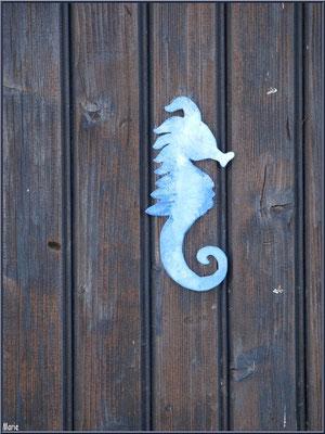 Une cabane avec sa décoration hippocampe au port ostréicole de La Teste de Buch (Bassin d'Arcachon)