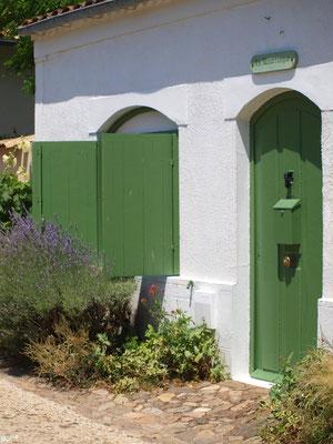 Maison aux volets verts et ruelle à Talmont-sur-Gironde (Charente-Maritime)