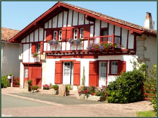 Maison basque dans ruelle à Sare (Pays Basque français)