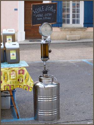 Marché de Provence, mercredi matin à Malaucène, Haut Vaucluse (84), étal producteur huile d'olive