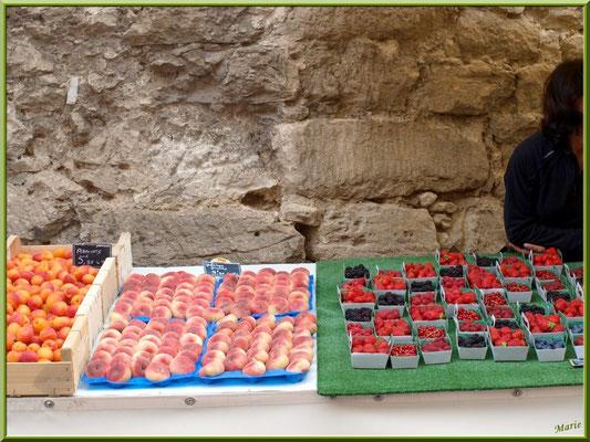 Marché de Provence, mardi matin à Gordes, Lubéron (84), étal de fruits