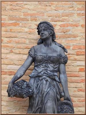 """Statue devant la villa """"Santuza"""" au Moulleau à Arcachon"""