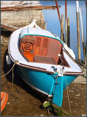 Pinasse à quai à marée basse