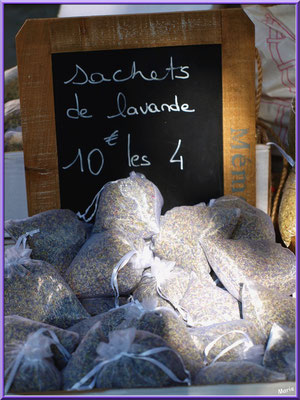 Marché de Provence, lundi matin à Bédoin, Haut Vaucluse (84), étal de sachets de lavande