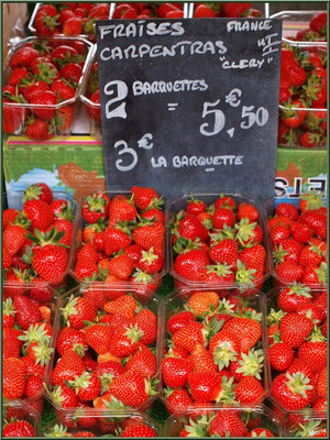 Marché de Provence, mardi matin à Vaison-la-Romaine, Haut Vaucluse (84), étal de fraises