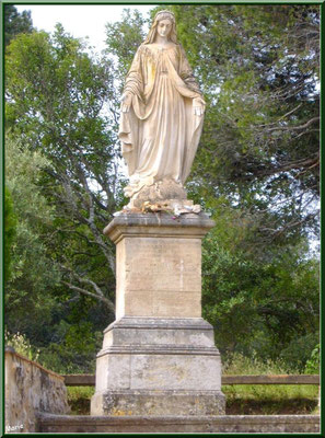Statue de la Vierge dans le jardin
