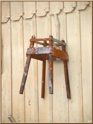 """Maison cabane avec """"servente"""" accrochée au mur, village de L'Herbe, Bassin d'Arcachon (33)"""