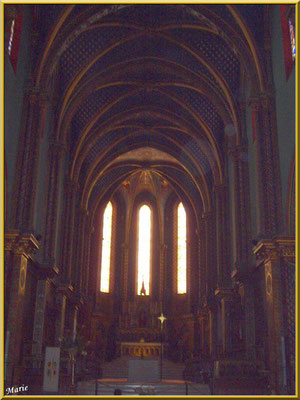 La nef et l'autel central (photo pas très nette car contre-jour et obscurité des lieux)