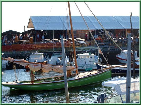 Bateau à voiles sortant du port