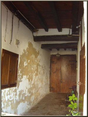 Aïnoha : passage couvert dans une vieille maison basque (Pays Basque français)