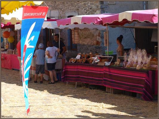 Etals commerçants dans une ruelle, Fête au Fromage, Hera deu Hromatge, à Laruns en Vallée d'Ossau (64)