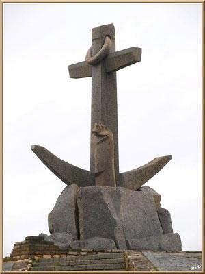 """Arcachon, """"Ville d'Automne"""", l'ancre de granit au bout de la jetére du port plaisance"""