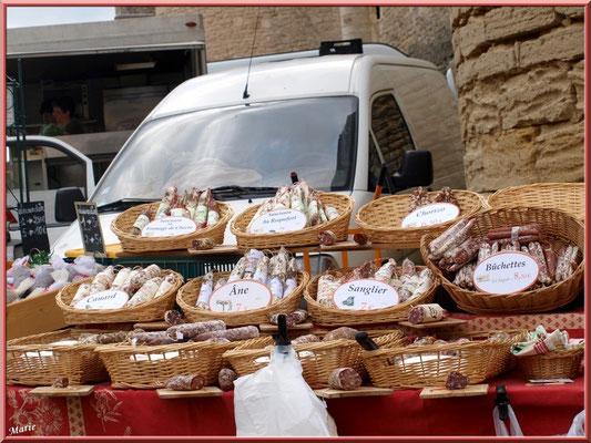 Marché de Provence, mardi matin à Gordes, Lubéron (84), étal de saucissons