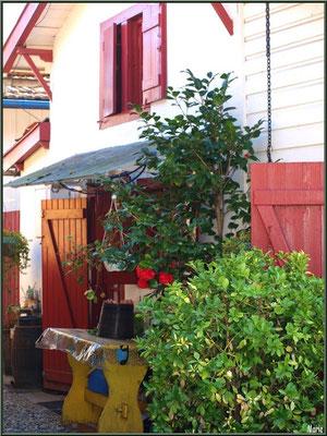 Maison dans une ruelle vers le Bassin, village de L'Herbe, Bassin d'Arcachon (33)
