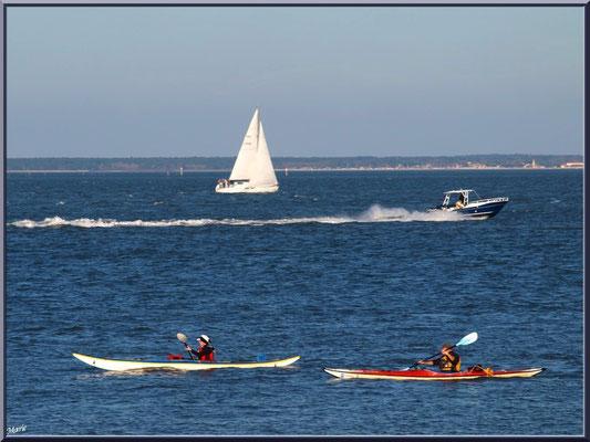 """Canoë, vedette et voilier sur le Bassin, vue depuis le front de mer de la """"Ville d'Eté"""" à Arcachon"""