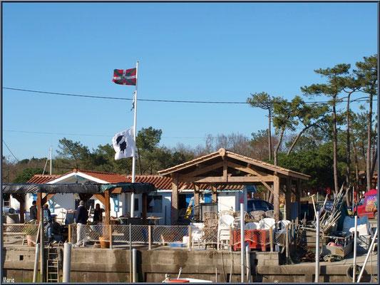 Cabanes aux drapeaux Basque et Corse au port ostréicole d'Andernos-les-Bains (Bassin d'Arcachon)