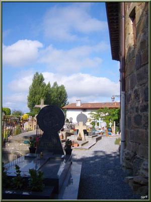 Aïnoha : le cimetière contre l'église et ses stèles discoïdales (Pays Basque français)