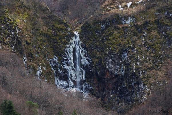 La grande Cascade de la Biche , Vallée de Chaudefour , vu de très loin 12.11.2013  La roche tout autour commence à se couvrir de glace ..