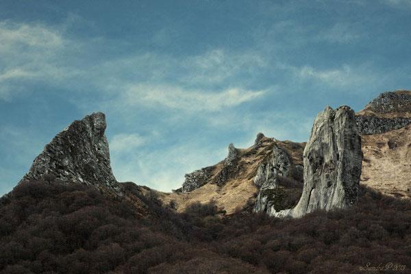 La crête de coq ( à gauche )  Les cornes du Diable ( au milieu )  Et La dent de la rancune ( à droite )  A la vallée de Chaudefour , Auvergne .. 12.11.13
