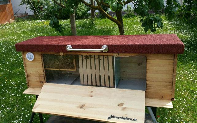 Bienen halten im BienenHaus mit Fenster mitten im Garten