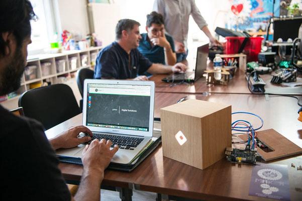 prototype en chêne de LOLA objet connecté pour Sonora Lab