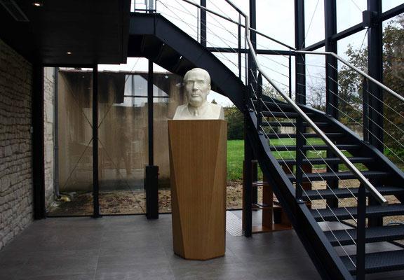 socle en chêne pour un buste de François Mitterrand / Maison natale de François Mitterrand à jarnac (16)