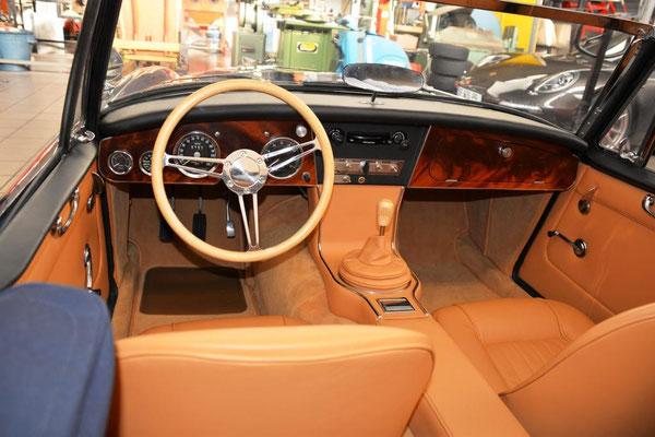 réalisation d'un tableau de bord en acajou - volant et pommeau de levier de vitesse pour l' Austin Healey d'un collectionneur au Mans