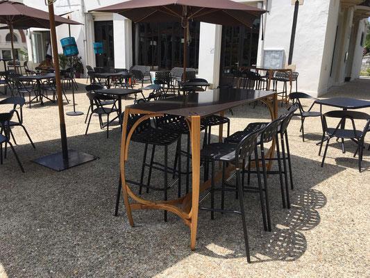 tables en chene cintré et plateaux en alu laqué / bar Le Chalet à Salies-de-Béarn (64)