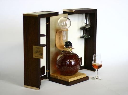 coffret ecrin pour un Cognac millésimé dans un flacon en verre soufflé / chêne et laiton