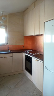 aménagement d'un petit espace cuisine - frêne blanchi - crédences feuilles de cuivre