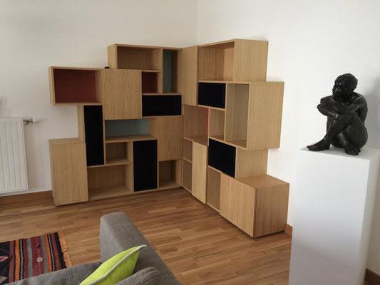 bibliothèque d'angle pour un appartement à Bordeaux - chêne vernis mat et fonds laqués
