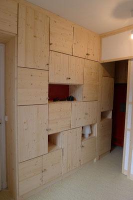 Design et réalisation d'une bibliothèque sur mesure avec cloison japonisante pour séparation de dressing. en épicéa finition mat, laque rouge et poignées en bois flotté