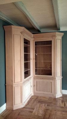 bibliothèque d'angle en hêtre massif d'inspiration néo-classique pour une maison à Cognac