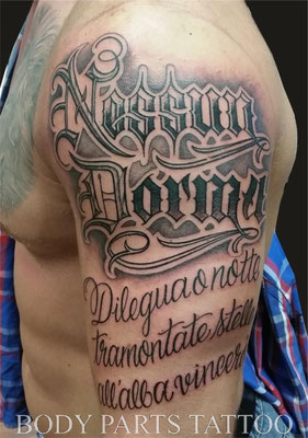 lettering schriften body parts tattoo black and grey