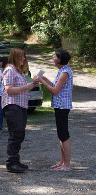 Kirstie bei der Überreichung der Urkunde durch Sonderleiterin Anne Blaschke