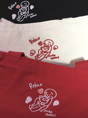 赤、黒は白抜き刺繍で、イラストもくっきり見えます。