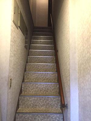 この階段を上れば会場です。エレベーターはないのです。あしからず。