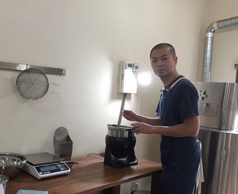 ここで更に欠点豆を取り除く店長。その背後の機械が焙煎器!