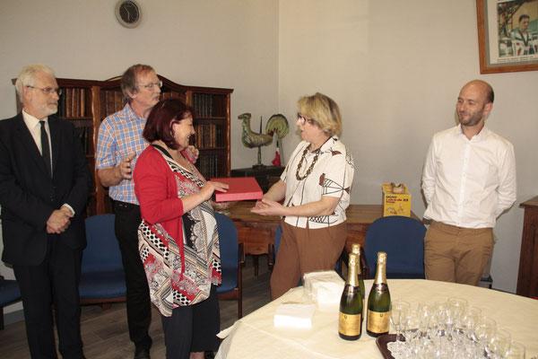 Laurence Bécue, conseillère municipale et commerçante elle aussi, remet ma plaque de la ville de Picquigny.